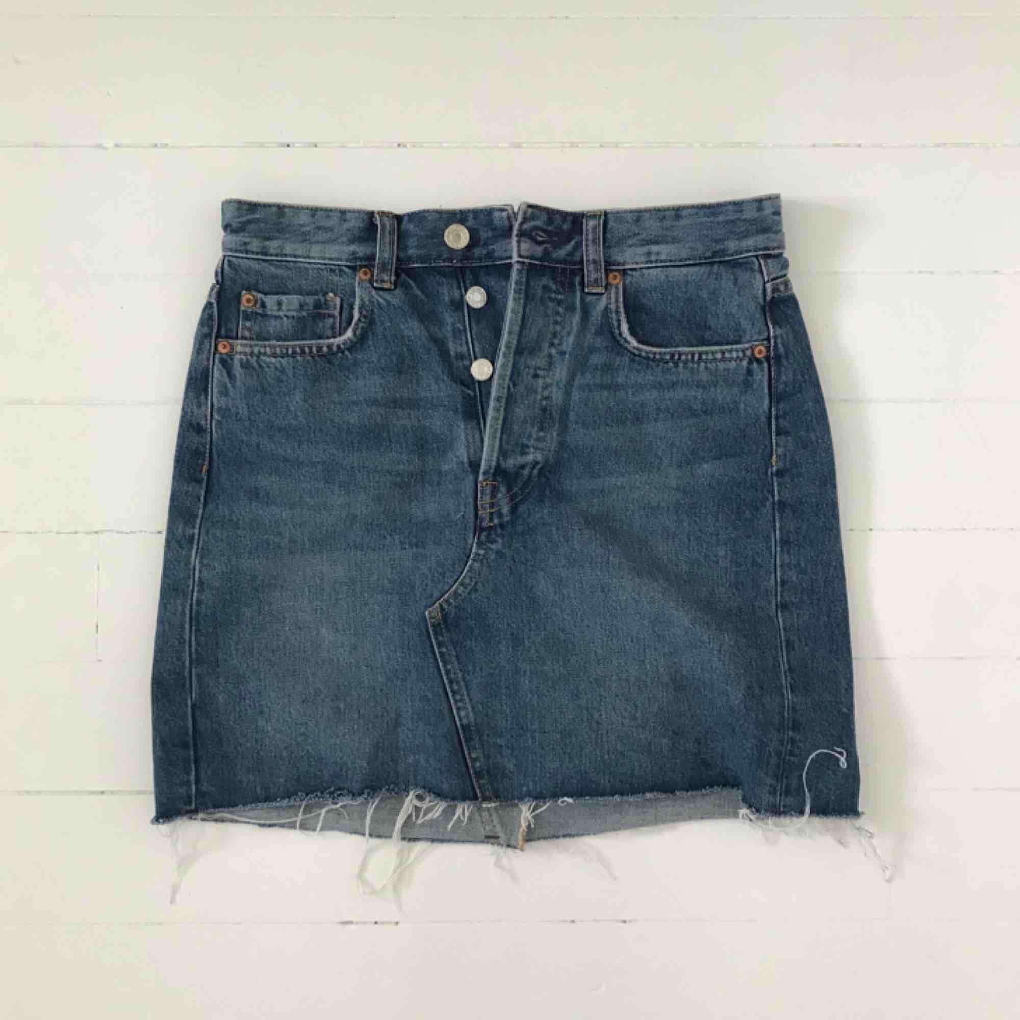 Jeanskjol från H&M. Använd endast en gång. Köparen betalar frakten. Är annonsen kvar är produkten kvar 🙃. Kjolar.