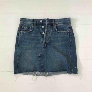 Jeanskjol från H&M. Använd endast en gång. Köparen betalar frakten. Är annonsen kvar är produkten kvar 🙃