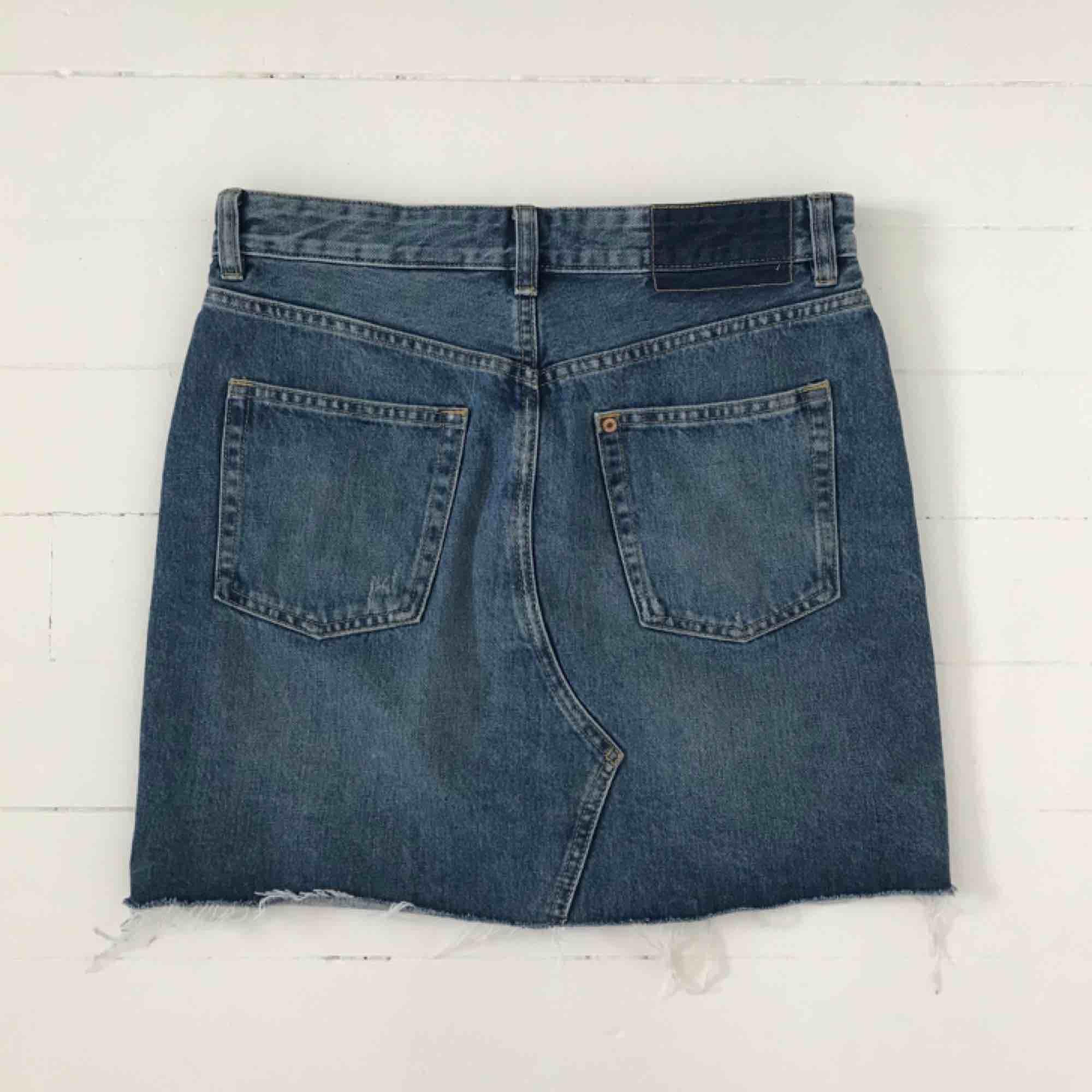 Jeanskjol från H&M. Använd endast en gång. Frakt 18kr. Är annonsen kvar är produkten kvar 🙃. Kjolar.