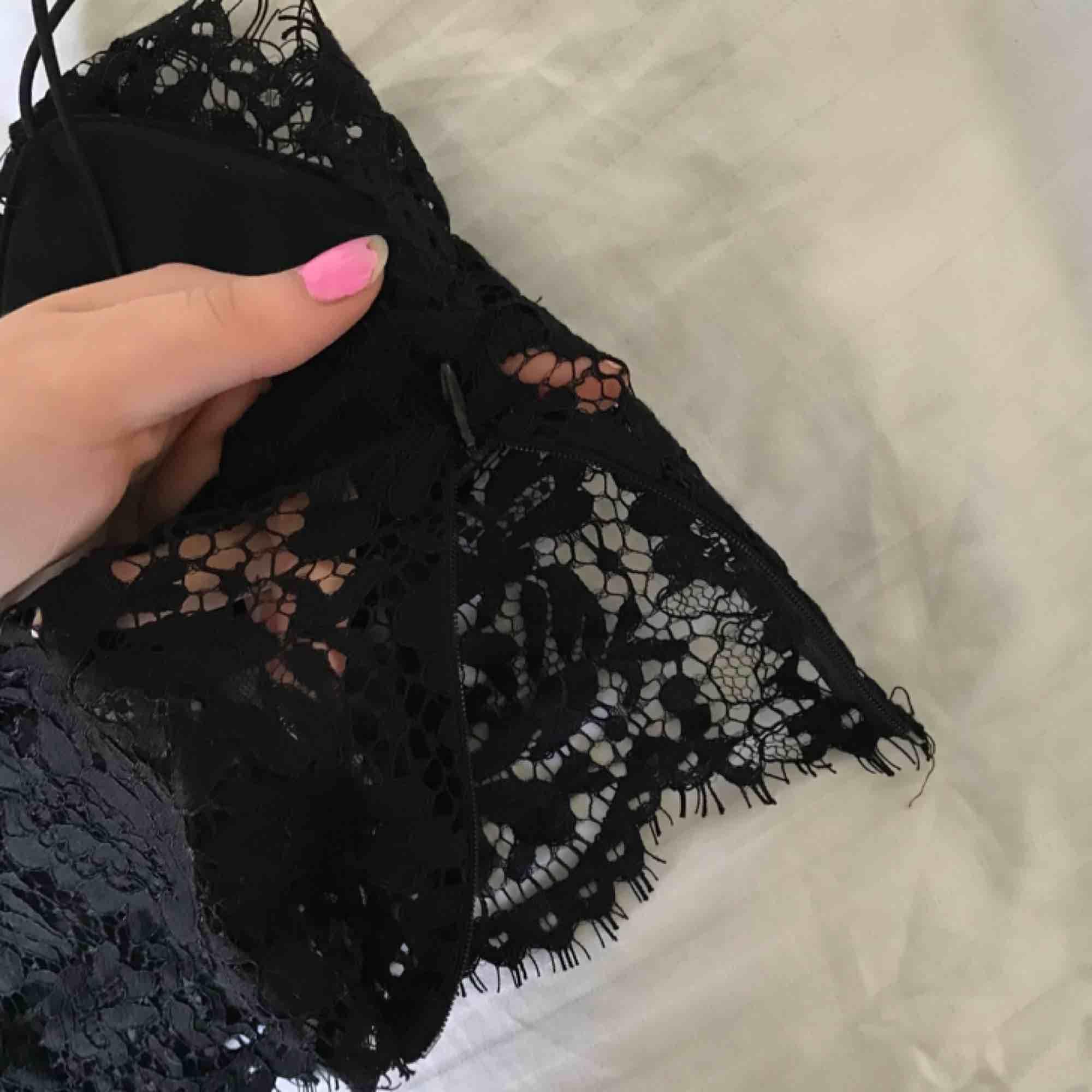 Jättefin svart spetstopp som tyvärr inte längre kommer till användning. Den har en dragkedja på sidan. Passar jättebra att ha under exempelvis en skjorta i sommar☀️ frakt 39kr eller mötas i stockholm. . Toppar.