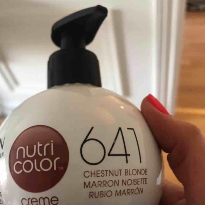 Revlon nutri color 641 chestnut blonde, ny färg i revlons märke.  Använt 4 tryckningar , så skulle säga att den är ny! . Övrigt.