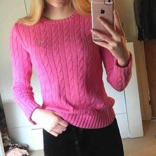 En rosa ribbstickad tjockare tröja från Ralph Lauren i storleken S. Tröja är använd några gånger. Köparen står för frakten.