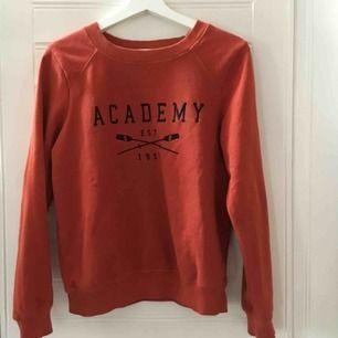 En brons färgad sweatshirt från Ginatricot i storleken S. Tröjan är använd några gånger. Köparen står för frakten.
