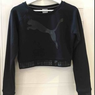 """En magtröja från Puma i storleken XS. Tröjan är i ett tjockare material. Längst ner på ärmarna och på tröjan är det ett tryck där det står """"PUMA"""". Tröjan är använd några gånger. Köparen står för frakten."""