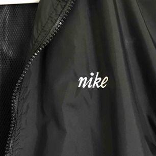 Jättefin vintage Nike jacka. Köpt på beyond retro men jag har knappt använt den. Den är vattentät och har en hemlig stor ficka bak i ryggen. Skriv för mer bilder :)  Köparen står för frakten eller så kan jag mötas upp i Stockholm