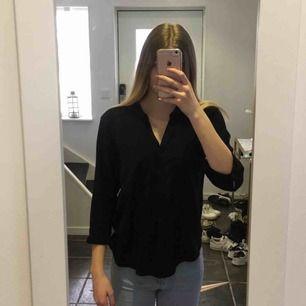 En svart blus/skjorta från vero Moda i storleken S. Plagget har ett skönt material, och plagget är längre vid ryggen. Köparen står för frakten.