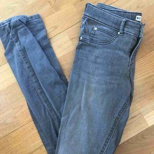 Knappt använda Jeans från gina i modellen Alex. Fraktar endast vilket köparen står för!