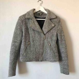 Grå jacka i material som liknar ull, är lite sliten vid kanten av ärmarna som man ser i bild 3, dock inget som märks tydligt💗 Möts upp i Gävle eller fraktar för 72kr