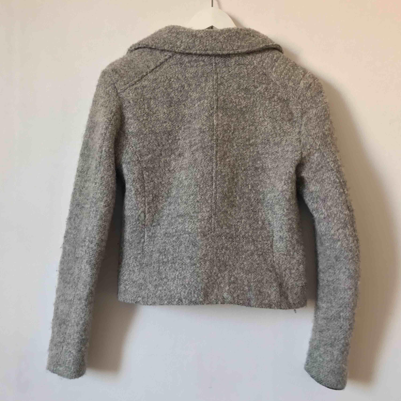 Grå jacka i material som liknar ull, är lite sliten vid kanten av ärmarna som man ser i bild 3, dock inget som märks tydligt💗 Möts upp i Gävle eller fraktar för 72kr. Jackor.
