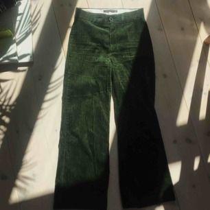 Mossgröna lite utsvängda manchesterbyxor från zara. Storlek xs men lite stora i storlek så kan funka för en s.  Möts upp i stockholm.