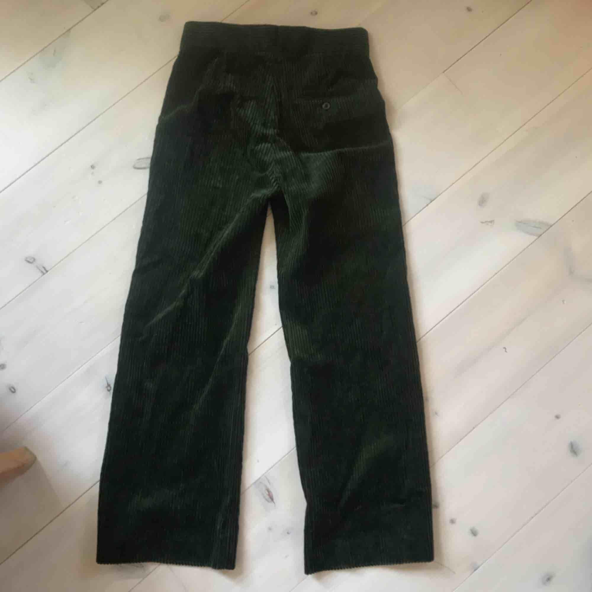 Mossgröna lite utsvängda manchesterbyxor från zara. Storlek xs men lite stora i storlek så kan funka för en s.  Möts upp i stockholm.. Jeans & Byxor.