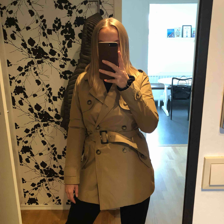 Snygg trench coat från Abercrombie & Fitch, endast använd ett fårtal gånger. Ny pris 1600 kr. Köparen står för frakt. Jackor.