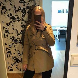 Snygg trench coat från Abercrombie & Fitch, endast använd ett fårtal gånger. Ny pris 1600 kr. Köparen står för frakt