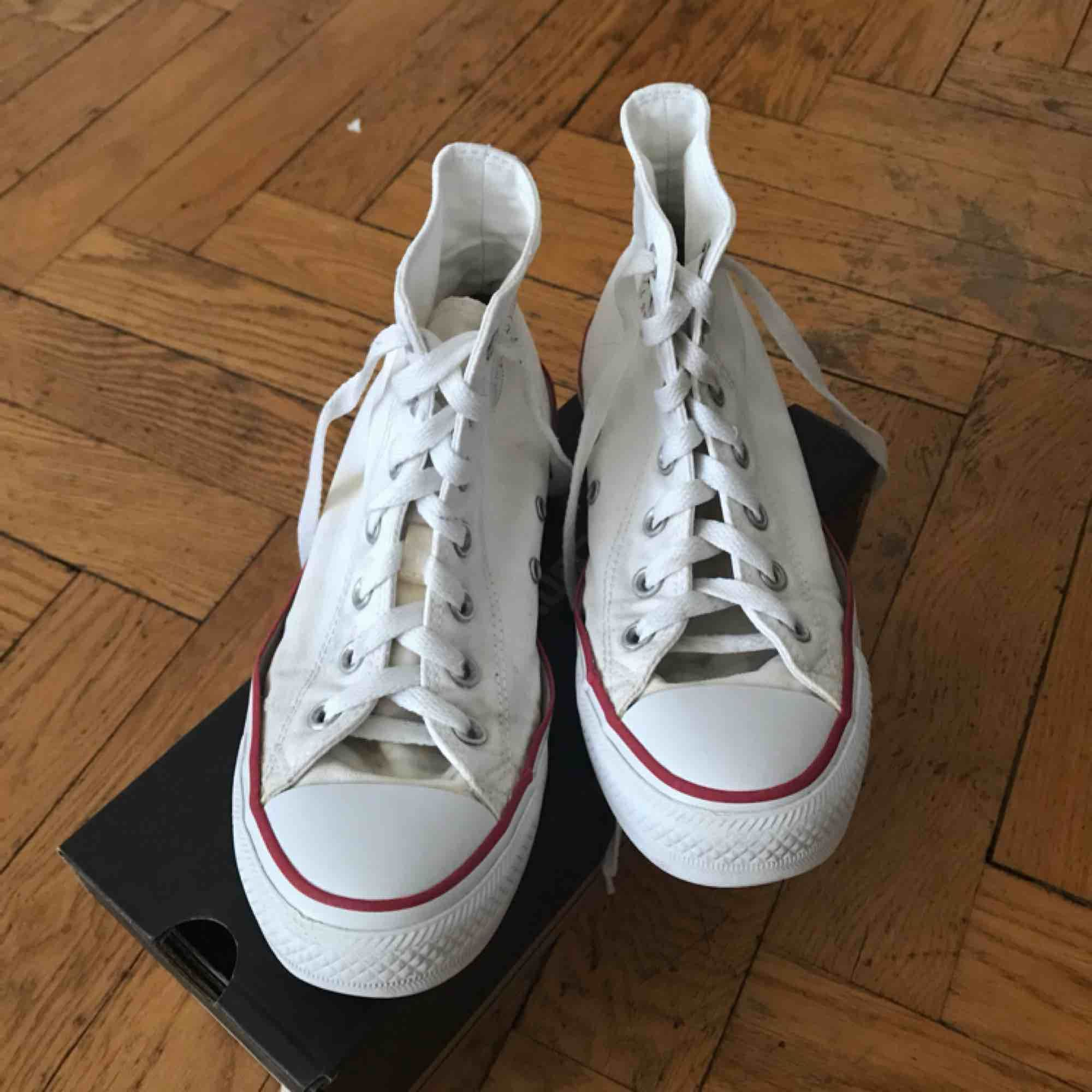 Vita converse, använda men i helt ok skick Möts gärna upp i Stockholm annars betalar köpare för frakt🤠. Skor.