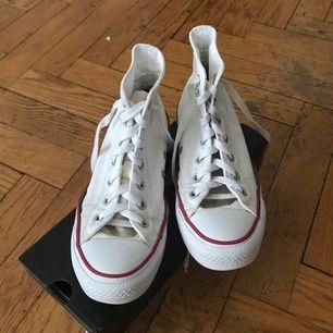 Vita converse, använda men i helt ok skick Möts gärna upp i Stockholm annars betalar köpare för frakt🤠