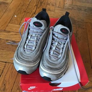 Nike 97 silver bullet, använda men i helt ok skick Möts gärna upp i Stockholm annars betalar köpare för frakt🤠