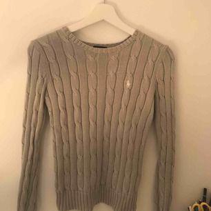 Grå kabel stickad Ralph Lauren tröja  Knappt ett är gammal köpt på Jackie  Pris kan diskuteras