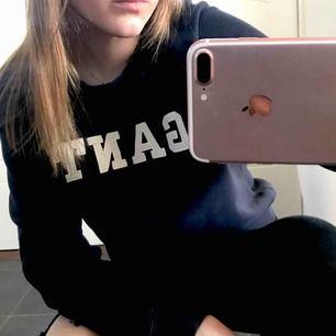 Marinblå sweatshirt från Gant i storlek S. 80% bomull.  Är i ett fint skick och säljer pga används aldrig.  Nypris: 999kr Mitt pris: 180kr (+frakt)