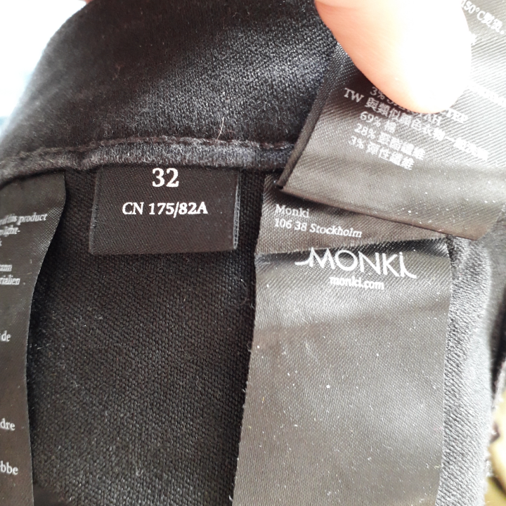 I sell two pairs of Oki jeans from Monki in black. I have size 27 and size 32. Both are sold only because of the wrong size and I have bought a third pair of the right size just because these jeans are perfectly perfect. They are sold at Monki for 400 SEK. Size 32 has not been used so much due to weight changes while size 27 is well used and therefore cheaper. The first picture is on size 32. It is just to hear from you if you have more questions or want more pictures :). Jeans & Byxor.