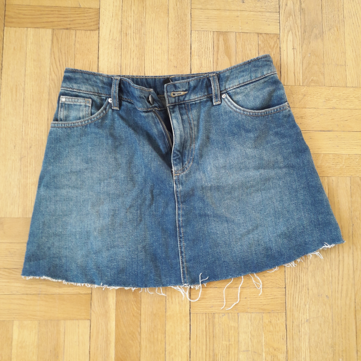 Nice mini skirt in jeans from HM. Sells due to the wrong size and it is never used.. Kjolar.