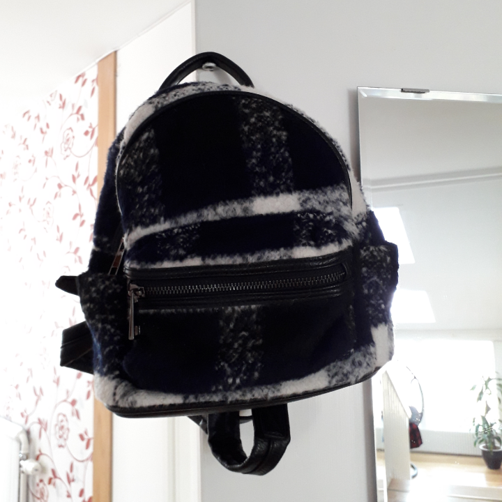 Mini backpack from Topshop in a white and navy check print. Never used outside. Let me know if you want more pictures :). Väskor.