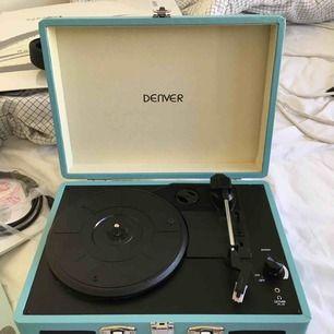 Ein Vinylspieler, der noch nie benutzt wurde! LP-Disc von Miriam Bryant, immer noch Plastik!