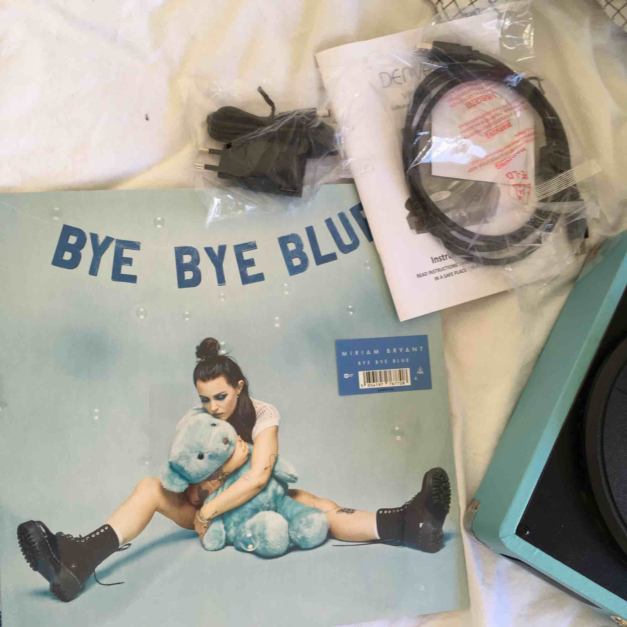 En vinyl afspiller, der aldrig har været brugt! LP disk fra Miriam Bryant, stadig plast!. Accessories.