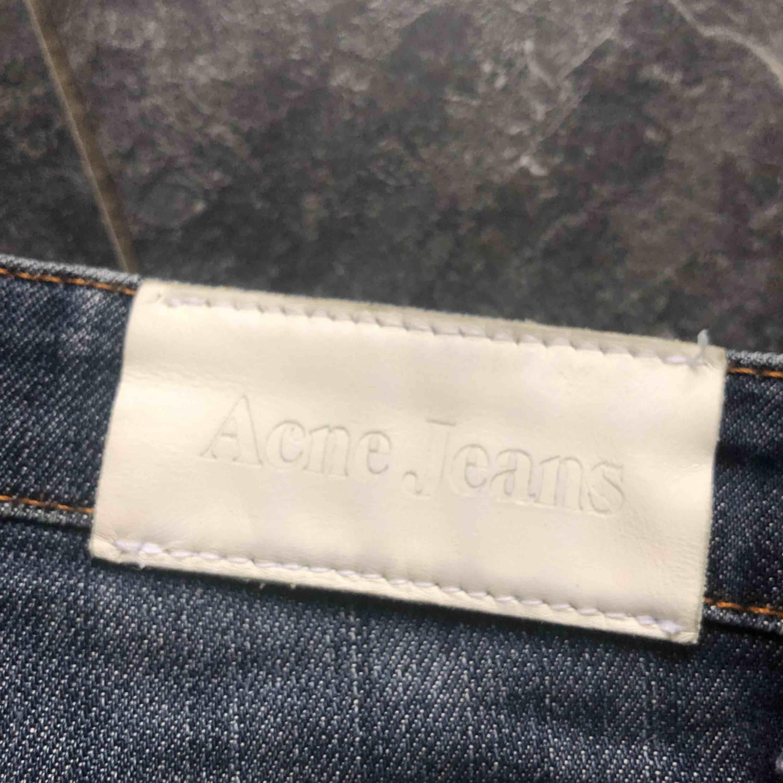 Fina acne jeans i strl 26/32 passar XS/S. Sparsamt använda och i gott skick.   Köparen står för frakten Pris kan diskuteras vid snabb affär.. Jeans & Byxor.
