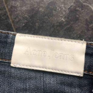 Fina acne jeans i strl 26/32 passar XS/S. Sparsamt använda och i gott skick.   Köparen står för frakten Pris kan diskuteras vid snabb affär.