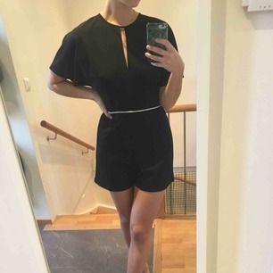 Playsuit från Zara, kan stylas med bälten eller bara h som den är, perfekt till sommarkvällar
