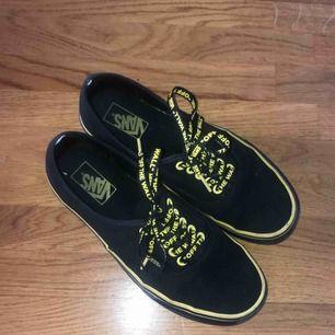 Vans Authentic Svart och Gult med fina sko snören o gul undersida. Dom är enbart använda en sommar.  Finns 4 ord skrivna på mellan sulan men som ej syns utom på bild med flash.  Lådan tillkommer och köparen står för frakten.