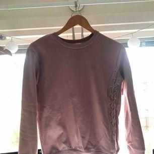 Rosa långärmad mjukis tröja med flätad sida från hunkenmöller, jäätte skönt material