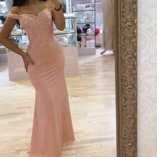 Säljer min Rosa mermaid bal klänning off shoulder i storlek 8 (36-38), aldrig använd, hämtas i Kristianstad, Lund, Malmö eller Helsingborg