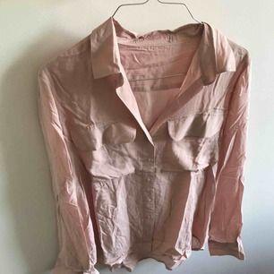 Superfin puderrosa skjorta, aldrig kommit till användning, endast skrynklig pga legat i en byrålåda annars i perfekt skick. Frakt ingår 💘