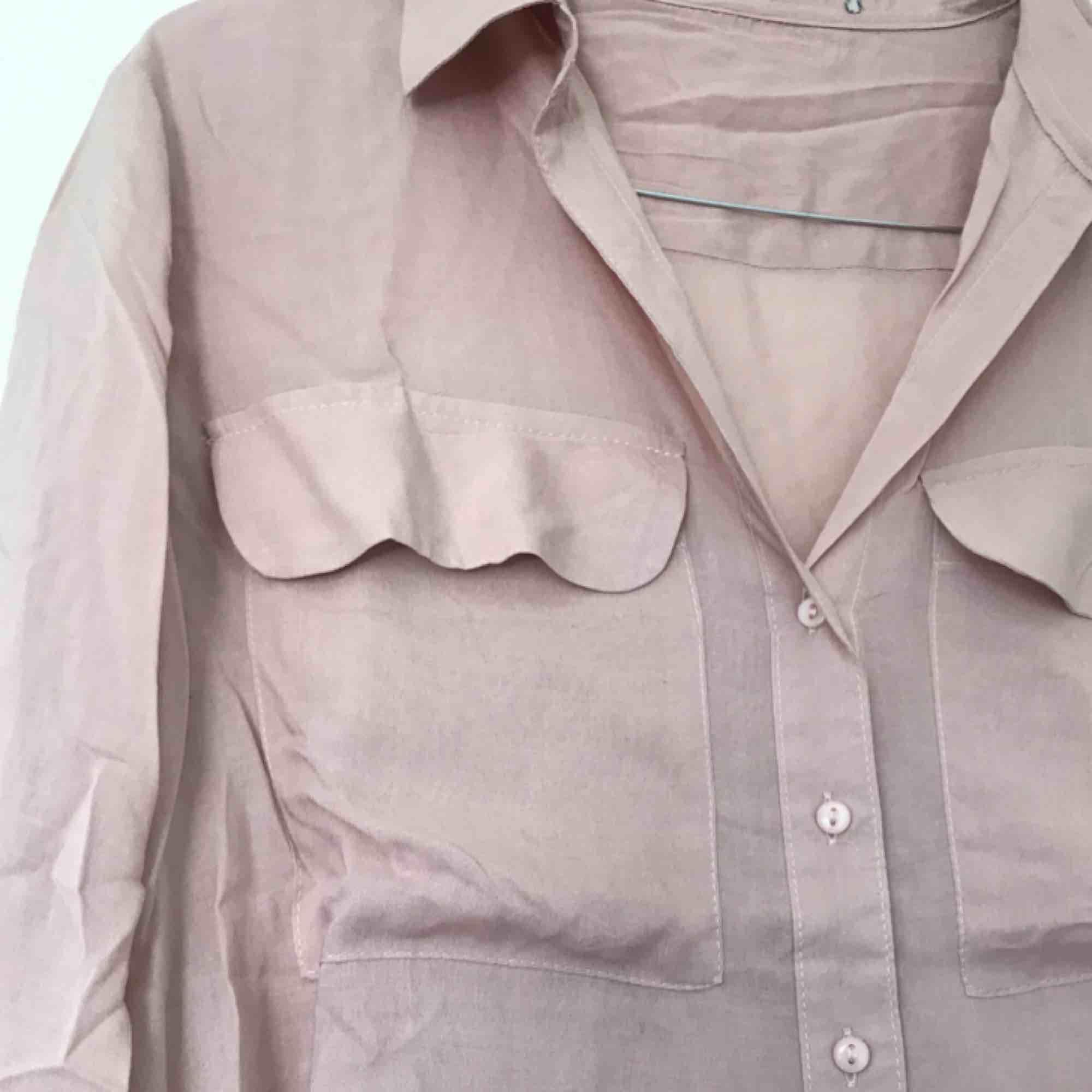 Superfin puderrosa skjorta, aldrig kommit till användning, endast skrynklig pga legat i en byrålåda annars i perfekt skick.  💘. Skjortor.
