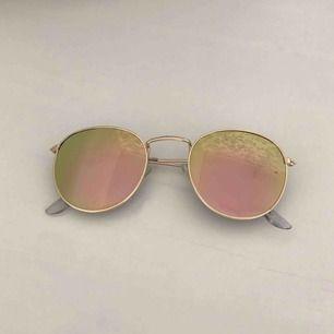 Solglasögon som skiftar i rosa/grön färg, frakten ingår!