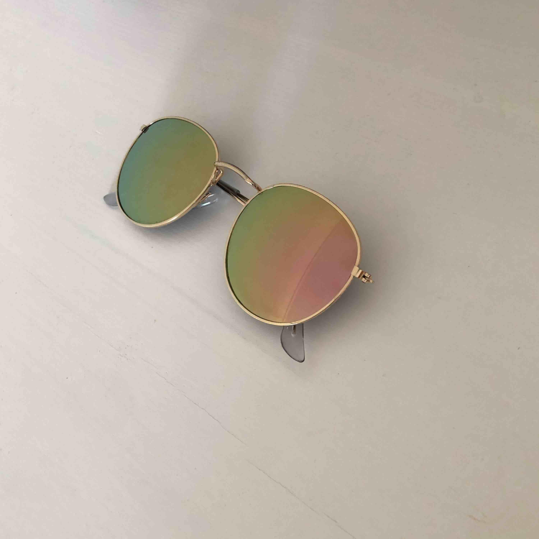 Solglasögon som skiftar i rosa/grön färg, frakten ingår!. Accessoarer.