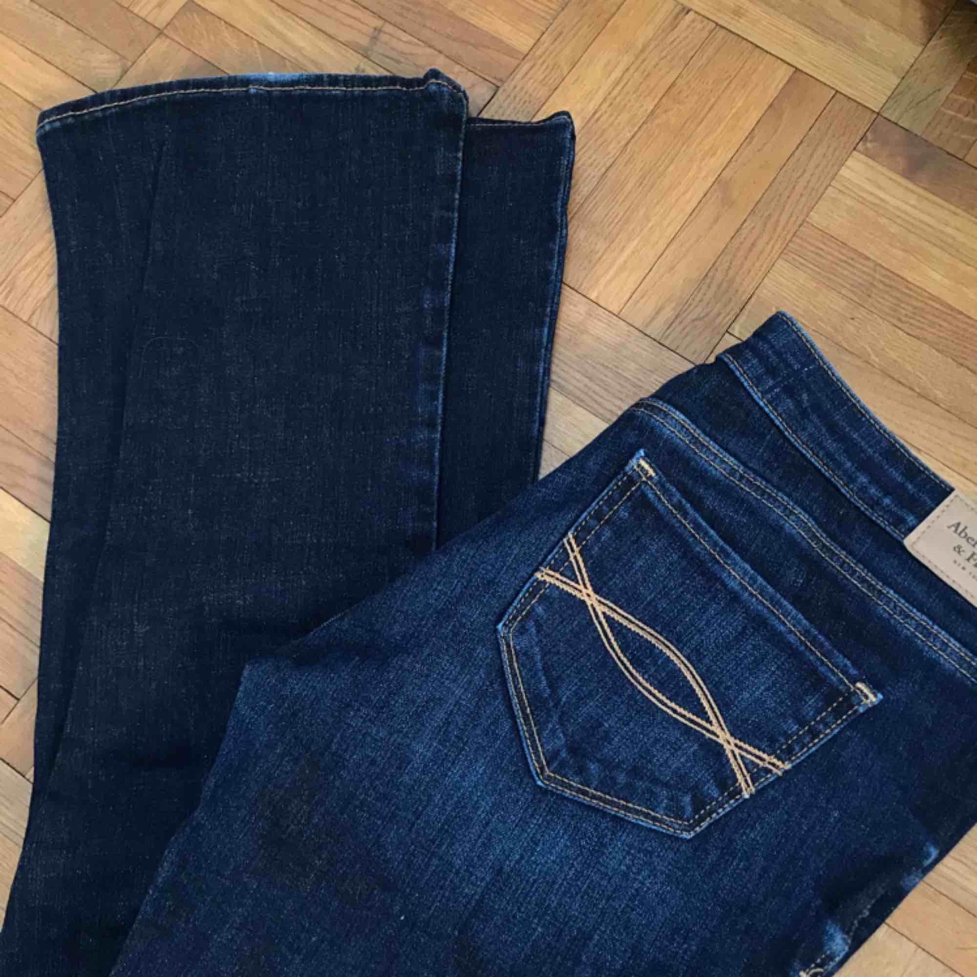 Skitsnygga bootcut jeans ifrån Abercrombie & Fitch. Aldrig använda. Nypris var 1000kr💘. Jeans & Byxor.