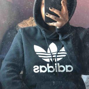 Svart Adidas hoodie strl. S