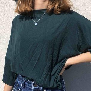 En jättefin grön tröja, helt oanvänd med prislappen kvar! Skönt material! Ev. Frakt står köparen för och finns annars att mötas upp på Söder❣️