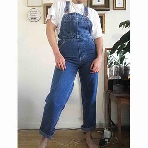 Vintage Tommy Hilfiger-snickarbyxor. One of a kind. Passa på! 💫 Jag är 1.71 cm lång och de är något korta för mig i överdelen, så du ska nog vara under 170 lång för att de ska passa bra!