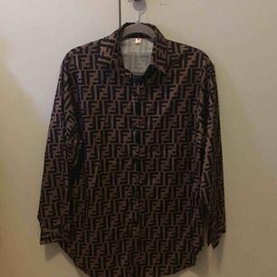 Sjukt fin oversize Fendi (kopia) tröja. Säljes pga storleksfel. FRI FRAKT