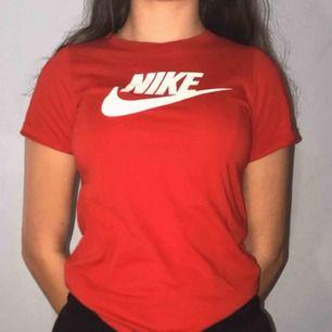 En röd t-shirt från Nike. Storlek m i barn men sitter ungefär som en XS i vanlig storlek. Nypris 200kr 💗✨
