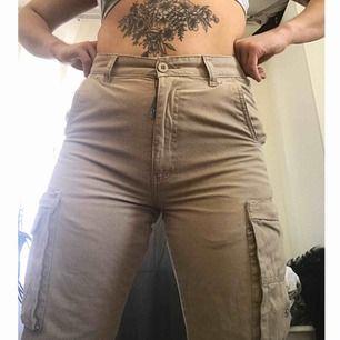 Världens snyggaste byxor som dessutom är trendiga just nu - tyvärr liiiite för små för mig som vanligtvis är en 38/40. OBS! Ett litet hål i ena byxbenet, kan skicka bild vid intresse!