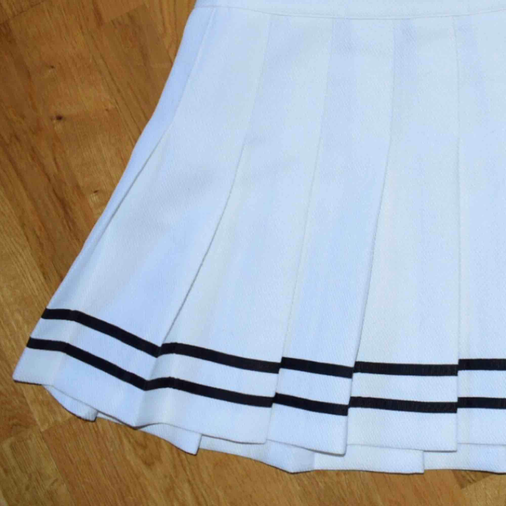 Sailorkjol från H&M som tyvärr inte fått tillräckligt med uppmärksamhet hos mig. Väldigt sparsamt använd 👩🏻✈️. Kjolar.
