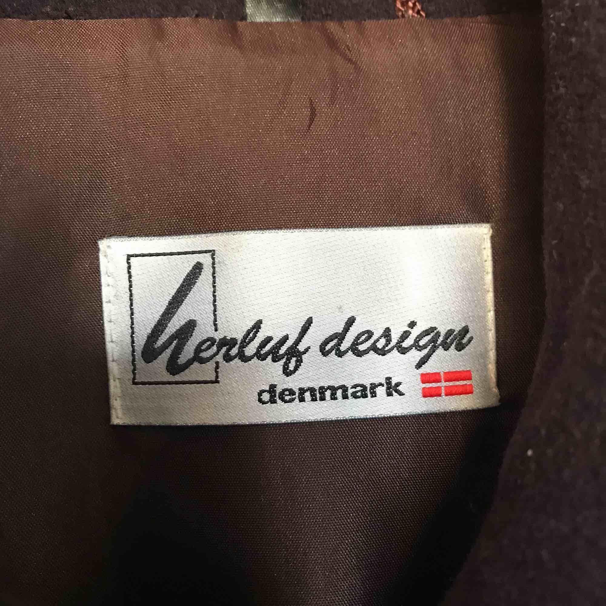 Vinröd kappa som går ned till vaden. Dansk design. Retrokappa. ❣️varm och skön. . Jackor.
