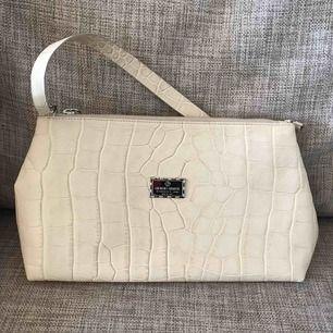 Vintage Axelväska från Giorgio Armani.💫 Inköpt på ML secondhand, Östermalm.  Vacker vit.
