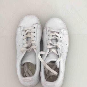 Vita enkla sneakers från Adidas Använda fåtal gånger!