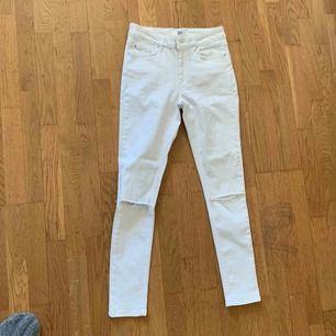Vita jeans med hål i knänen från Rebecca Stella. strl XS. Stretchiga. Priset är utan frakt