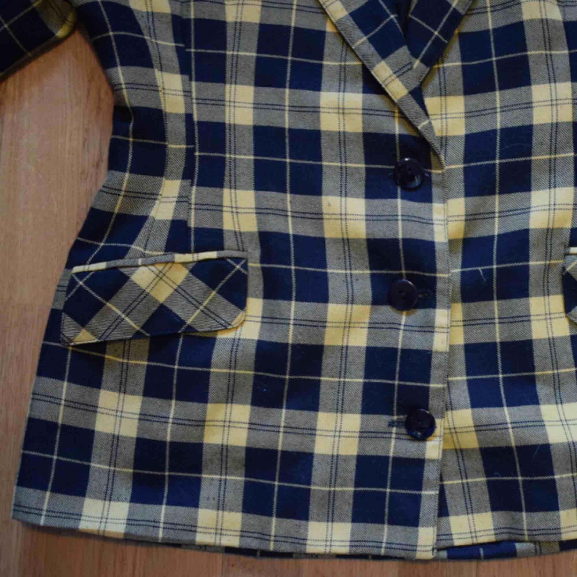 Småsliten grungeig kavaj/blazer. Väl använd men har mycket kvar att ge. Köpt på second hand . Kostymer.
